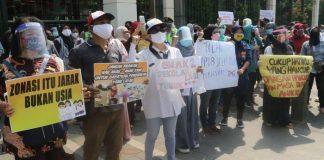 Foto : Aksi protes orangtua