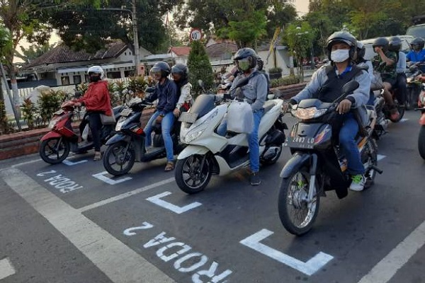 Marka Jalan di Mojokerto Diubah Seperti Garis Start di Sirkuit Balap.