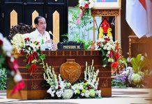 Presiden Joko Widodo saat memberikan sejumlah arahan di Posko Penanganan dan Penanggulangan Covid-19 Provinsi Kalimantan Tengah yang berada di Aula Jaya Tingang, Kompleks Kantor Gubernur Kalimantan Tengah, pada Kamis, 9 Juli 2020.