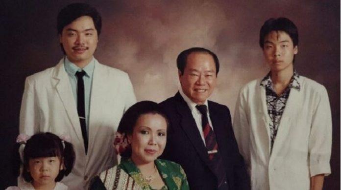 Freddy Widjaya (kiri) bersama ayah, ibu dan dua adiknya.