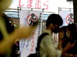Jepang Larang Pejalan Kaki Gunakan Ponsel Sambil Berjalan.