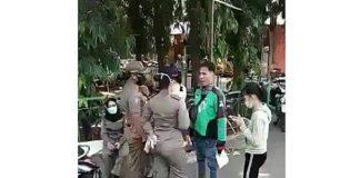 Heboh, Driver Ojol Tantang Pol PP Karena Tak Terima Dihukum Nyapu Jalan.