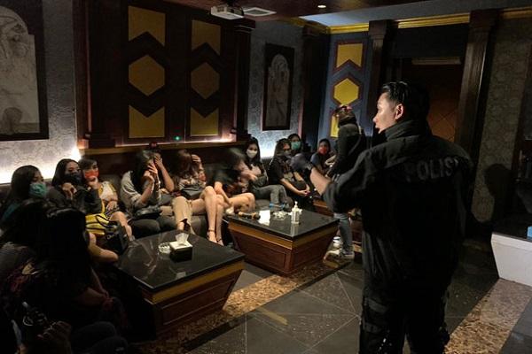 Belasan Kamar Karaoke Venesia Terisi Penuh saat Digerebek Polisi.