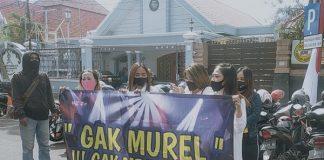 Ratusan pekerja hiburan malamgeruduk Balai Kota Surabaya, Jawa Timur, Senin (3/8/2020).