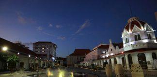 Alun-alun Surabaya di Malam Hari.