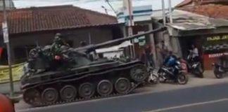 Tank AMX-13 milik Kesatuan Batalyon Kavaleri (Yonkav) IV Kodam III/Siliwangi menabrak gerobak pedagang dan motor.