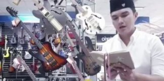 Aldi Taher Ngaji di Toko Musik.