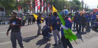 Ratusan Buruh di Sidoarjo dan Surabaya Gelar Demo Tolak UU Cipta Kerja.