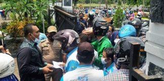Heboh, 2 Anggota DPRD Pekalongan Bagi-bagi Uang di Tengah Demo Ratusan Buruh.