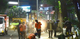 Wali KotaSurabayaTriRismaharini memimpin langsung upaya pembersihan.