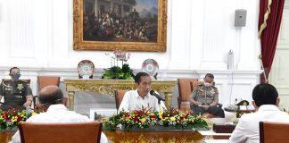 Presiden Jokowi saat memimpin rapat terbatas untuk membahas laporan Komite Penanganan Covid-19 dan Pemulihan Ekonomi Nasional di Istana Merdeka, Jakarta, pada Senin, 30 November 2020.