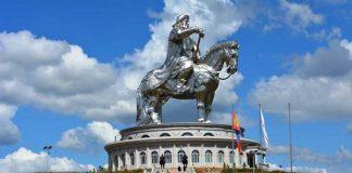 Patung raksasa Genghis Khan di Mongolia.