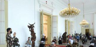 Presiden Joko Widodo saat menyerahkan Bantuan Modal Kerja (BMK) kepada para pelaku UMK dengan didampingi oleh Menteri Sekretaris Negara, Pratikno, di teras Istana Kepresidenan Bogor, Jawa Barat, pada Jumat, 8 Januari 2021.