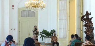 Presiden Jokowi dalam acara penyerahan Bantuan Modal Kerja di teras Istana Kepresidenan Bogor, Jawa Barat, pada Jumat, 8 Januari 2021.